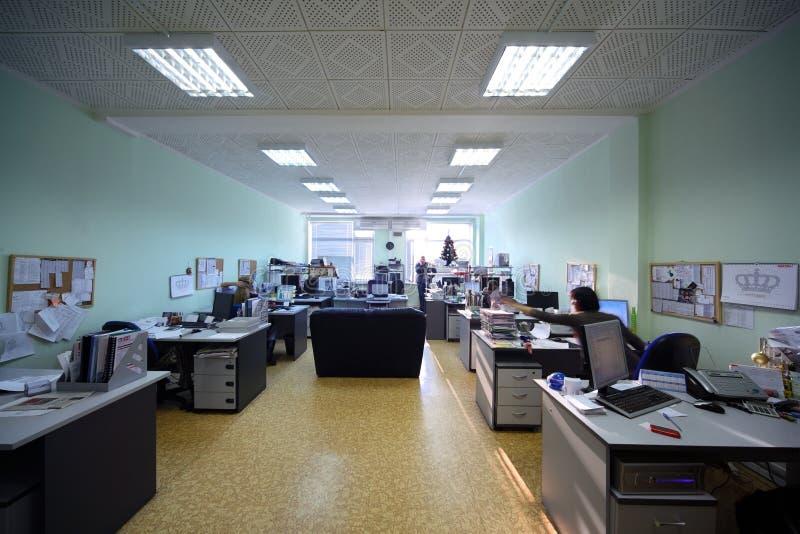 Os povos trabalham em um escritório no dia fotografia de stock