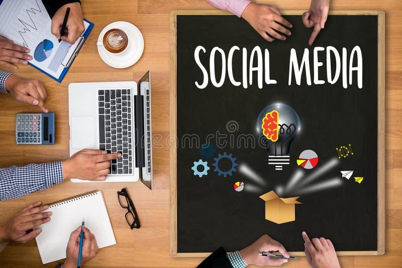 Os povos usam a conexão e a partilha de meios sociais, tabuleta digital foto de stock