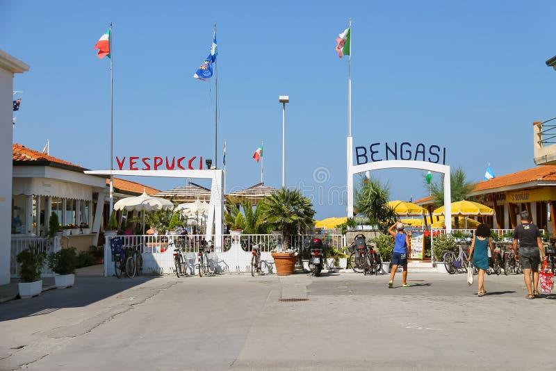 Os povos vão à praia Viareggio, Itália imagens de stock