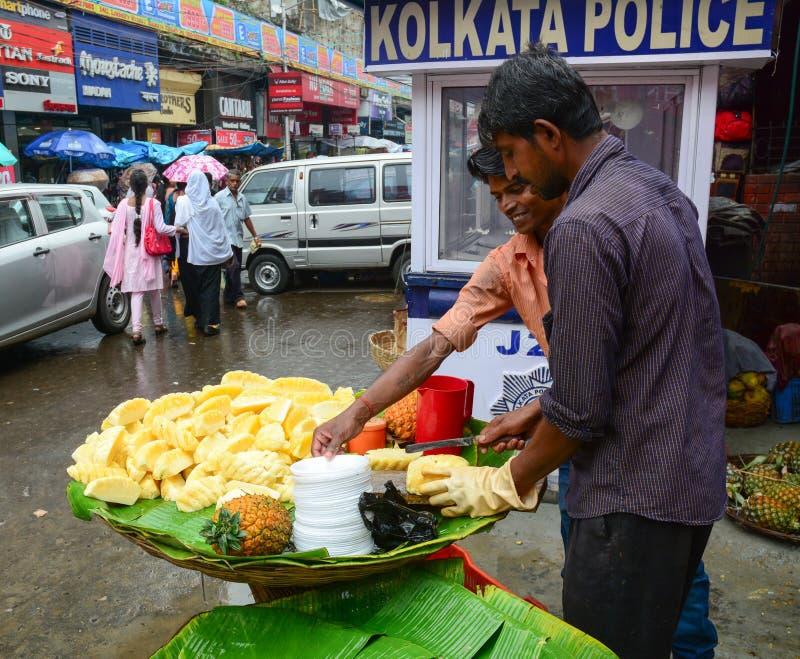 Os povos vendem frutos frescos na rua em Kolkata, Índia fotografia de stock