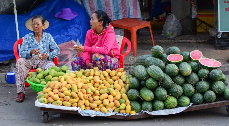 Os povos vendem frutos frescos na rua em Saigon, Vietname fotografia de stock royalty free