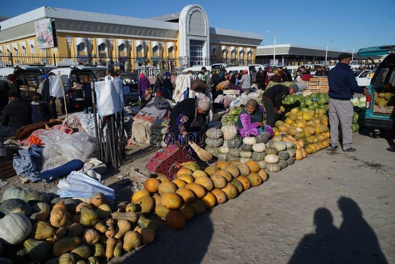 os povos vendem a lembrança oriental de Urgench Usbequistão do bazar da especiaria dos vegetais e dos frutos do curso fotografia de stock