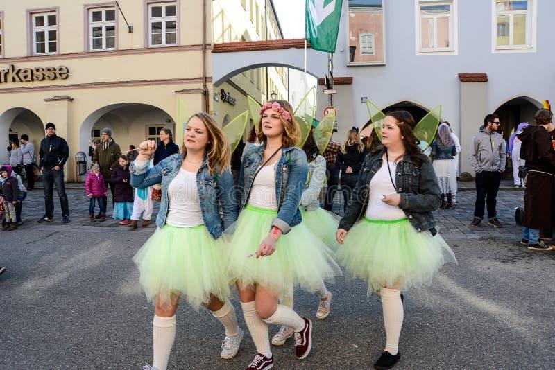 Os povos vestiram-se nos trajes andam na praça da cidade do ` s da cidade fotografia de stock