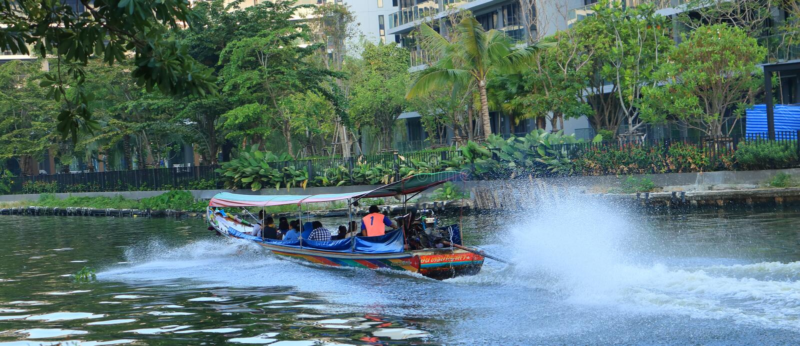 Os povos viajam pelo barco para evitar o trânsito intenso durante horas de ponta fotos de stock royalty free