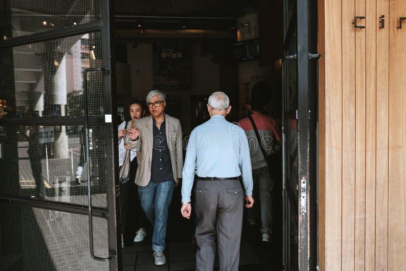 Os povos visitam a cinemateca de Broadway em Yau Ma Tei fotos de stock royalty free