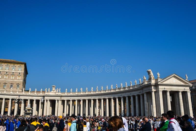 Os povos visitam St Peter Square Vatican fotos de stock