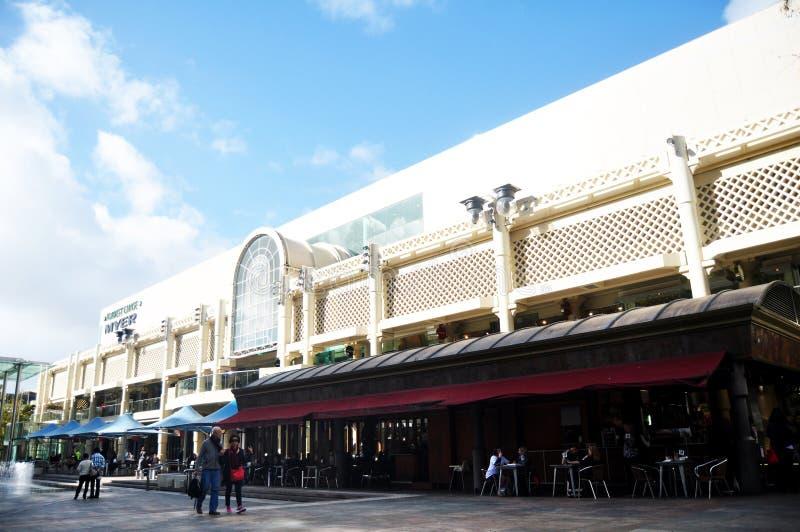 Os povos visitaram o curso e a compra em Myer City Store em Perth, Austrália imagem de stock
