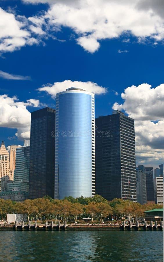 Os prédios de escritórios do arranha-céus imagem de stock