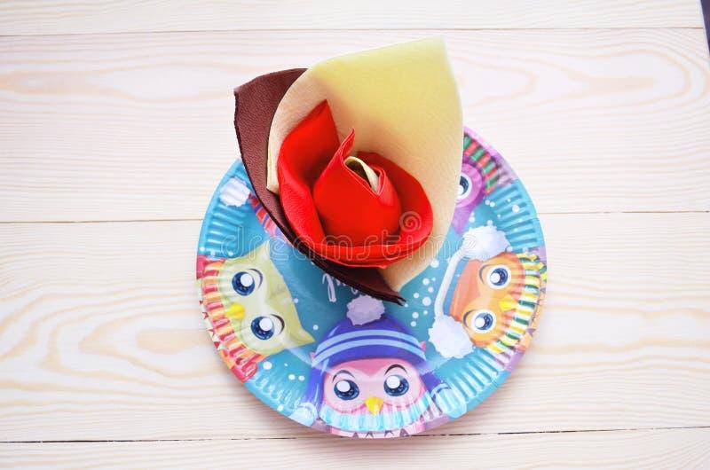 Os pratos das crianças fizeram materiais Eco-amigáveis foto de stock