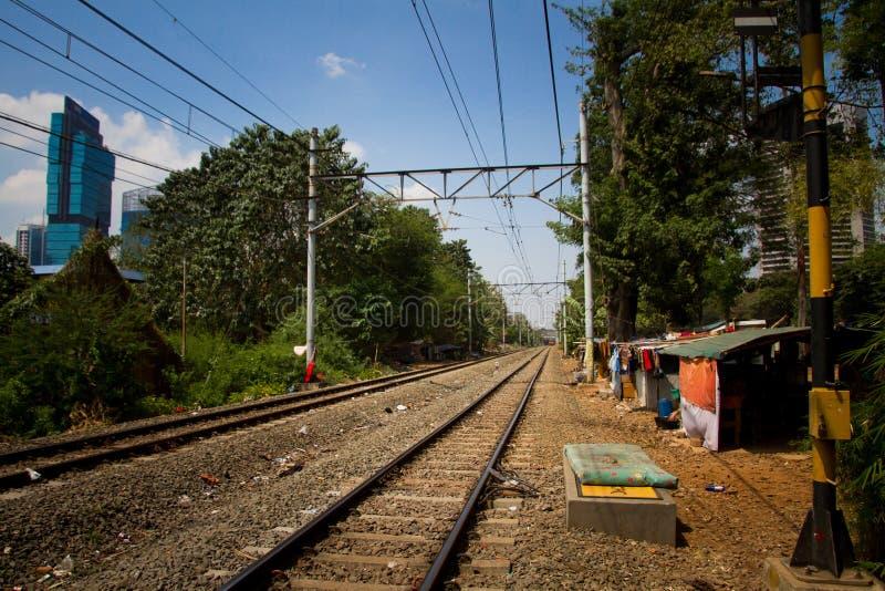 Os precários da trilha do trem de Jakarta central, Indonésia fotografia de stock royalty free