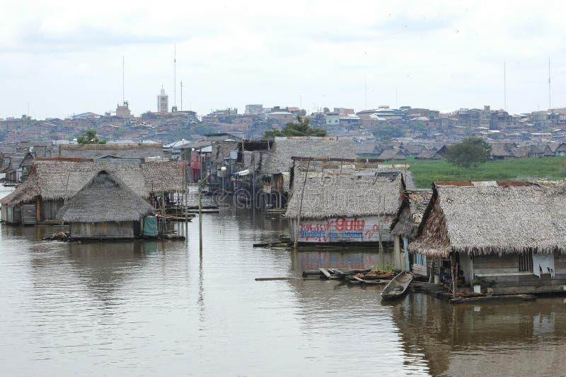 Os precários da vila de Belen em Iquitos, Peru na floresta úmida das Amazonas foto de stock royalty free