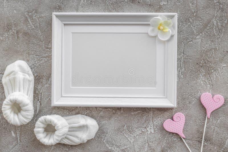 Os presentes ajustaram-se para a festa do bebê com o modelo de pedra cinzento da opinião superior do fundo do quadro foto de stock