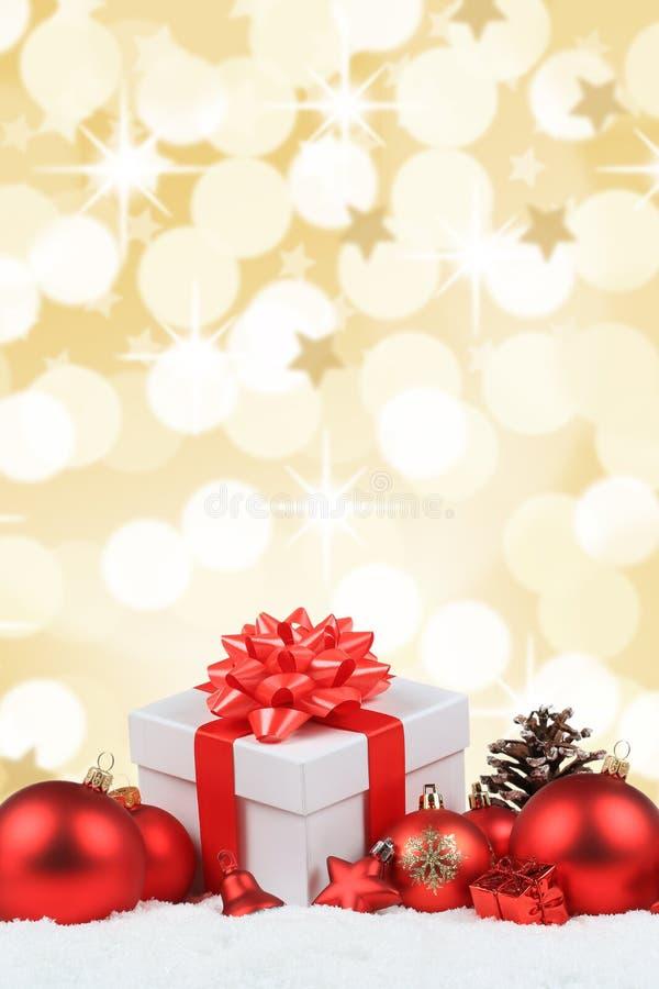 Os presentes do Natal apresentam a decoração das bolas o porto dourado do fundo imagens de stock royalty free