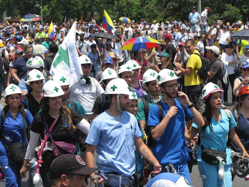 Os primeiros que respondes conhecidos como o branco helmed, cruzes verdes durante o protesto principal na Venezuela de Caracas foto de stock