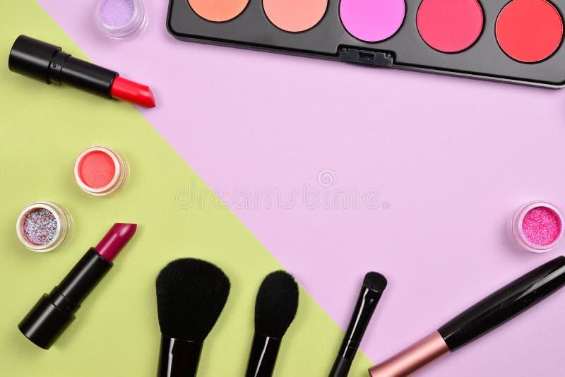 Os produtos de composi??o profissionais com os produtos de beleza cosm?ticos, coram, forro do olho, chicotes do olho, escovas e f imagem de stock