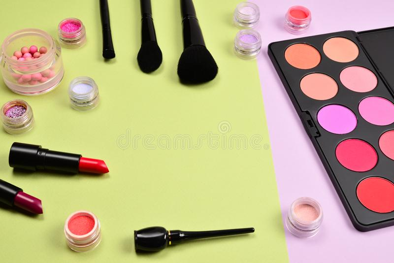 Os produtos de composi??o profissionais com os produtos de beleza cosm?ticos, coram, forro do olho, chicotes do olho, escovas e f fotos de stock
