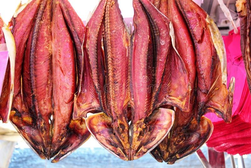 Os produtos de peixes salgados para a venda em um mercado param fotos de stock royalty free