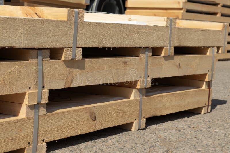 Os produtos embalados em umas caixas de madeira estão no estoque pronto para o transporte foto de stock