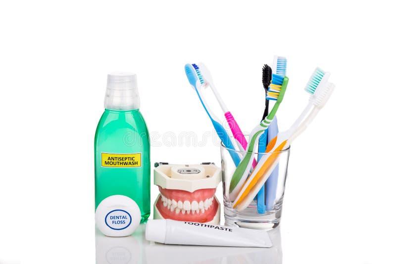 Os produtos essenciais do cuidado oral afilaram a escova de dentes, dentífrico, MOU fotos de stock royalty free