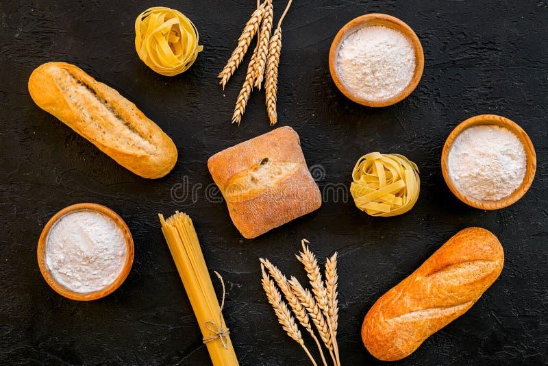 Os produtos fizeram da farinha de trigo Farinha branca na bacia, nas orelhas do trigo, no pão fresco e na massa crua na opinião s fotografia de stock royalty free