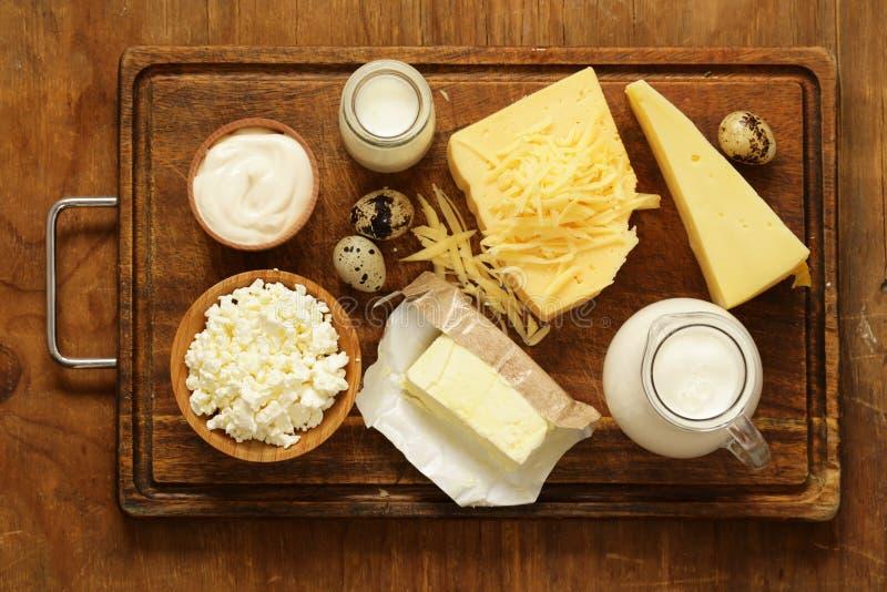 Os produtos láteos sortidos ordenham, iogurte, requeijão, creme de leite foto de stock