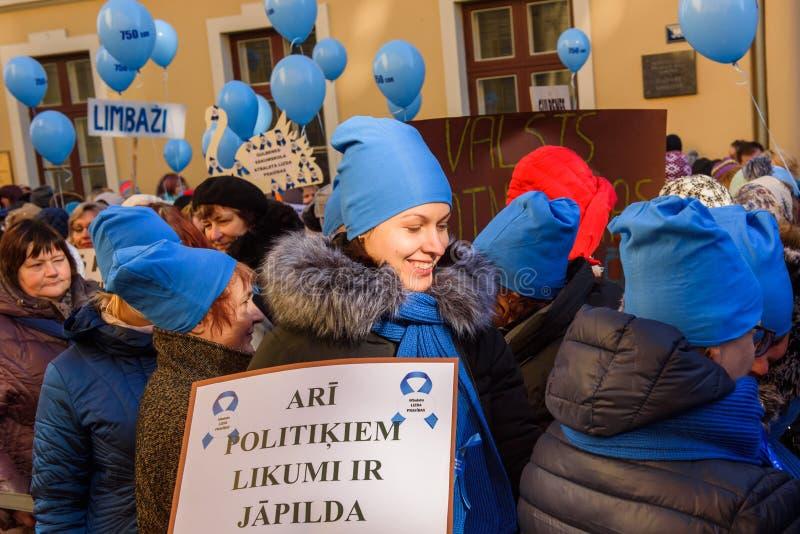 Os professores decidem para balões estranhos da liberação da ideia no ar, durante o piquete, protesto para a elevação do pagament foto de stock royalty free