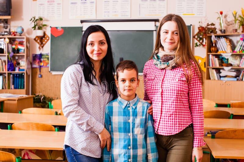 Os professores tomam dos alunos imagem de stock