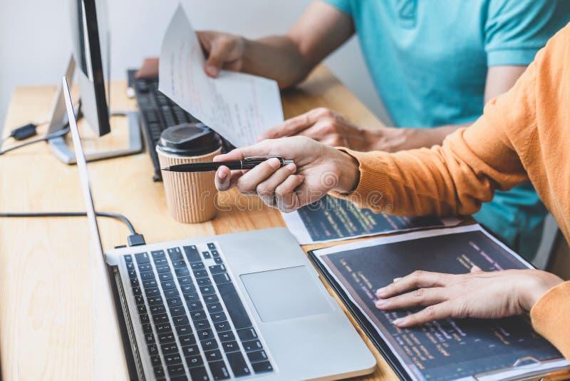 Os programadores que cooperam na programa??o e no Web site tornando-se que trabalham em um software desenvolvem o escrit?rio da e imagem de stock