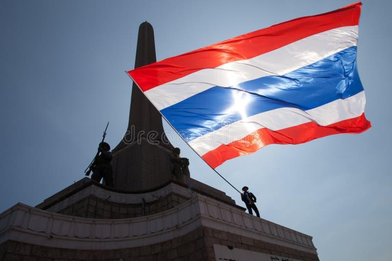 Os protestadores ocupam o monumento da vitória, Banguecoque fotos de stock