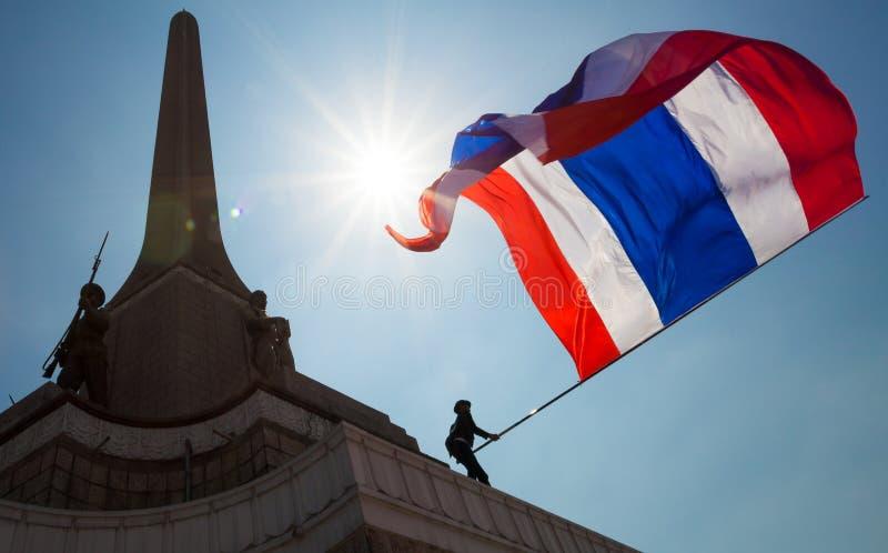 Os protestadores ocupam o monumento da vitória, Banguecoque foto de stock royalty free