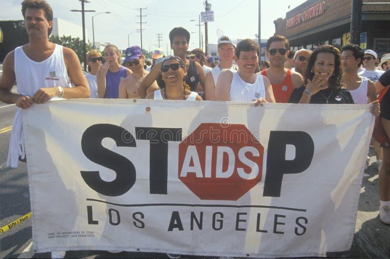Os protestadores que guardam a bandeira durante o SIDA reagrupam, Los Angeles, Califórnia imagens de stock royalty free