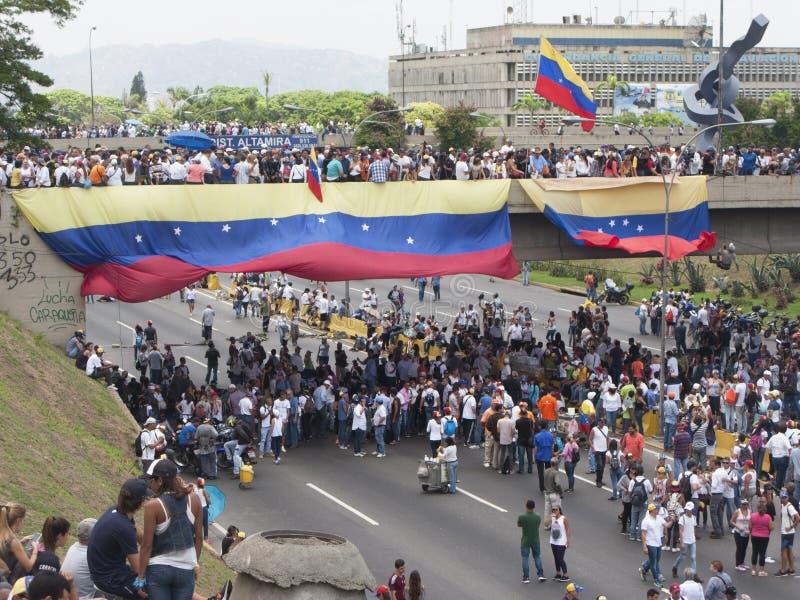 Os protestadores que participam no evento chamaram a mãe de todos os protestos na Venezuela contra o governo 2017 de Nicolas Madu imagens de stock royalty free
