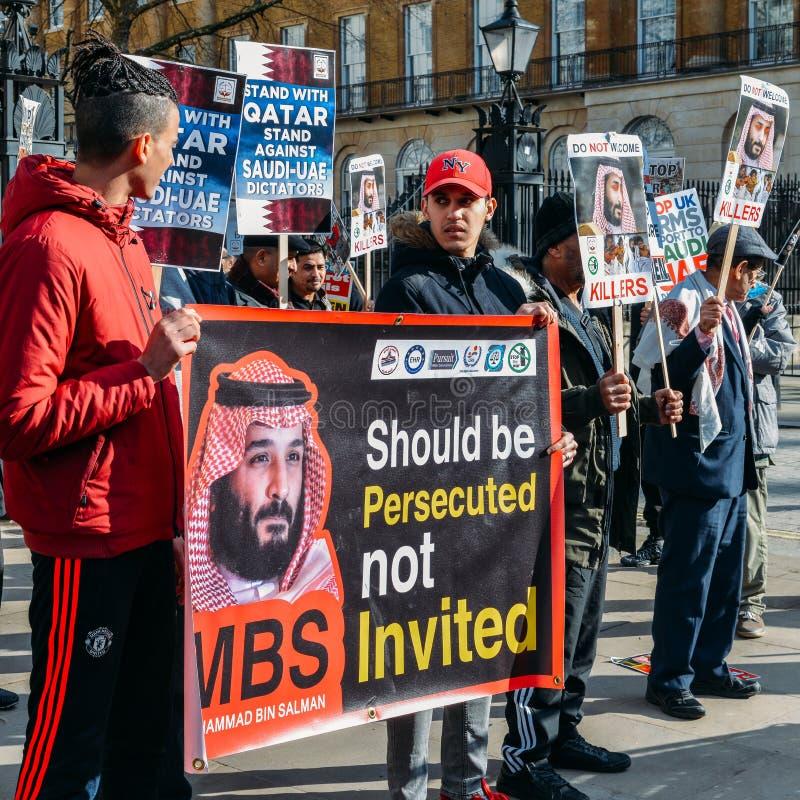 Os protestadores recolhem o Downing Street exterior em Londres central para exprimir a oposição à visita do príncipe herdeiro do  fotos de stock