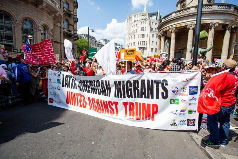 Os protestadores tomam às ruas de Londres para protestar a visita de Donald Trump fotografia de stock