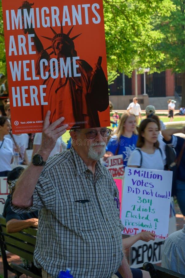 Os Protestors nas famílias pertencem junto reunião imagens de stock royalty free