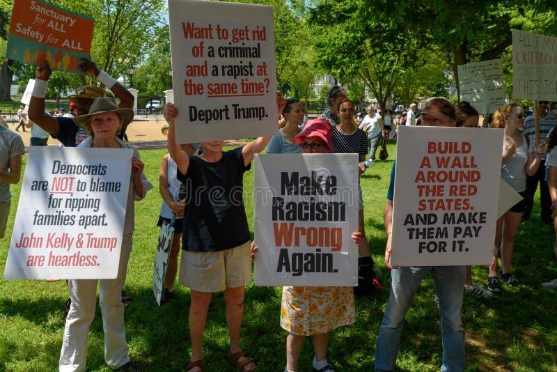 Os Protestors nas famílias pertencem junto reunião fotos de stock royalty free