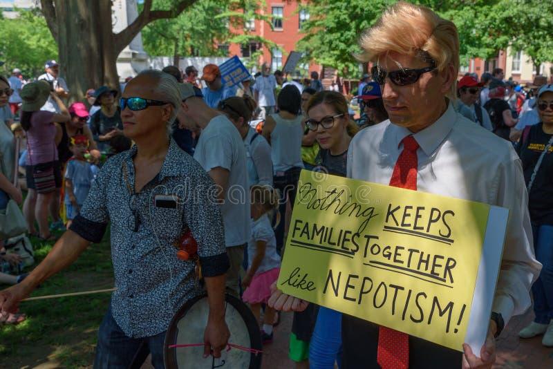 Os Protestors nas famílias pertencem junto reunião imagem de stock