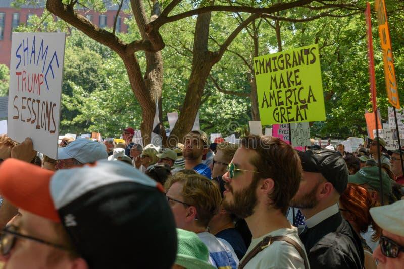 Os Protestors nas famílias pertencem junto reunião foto de stock royalty free
