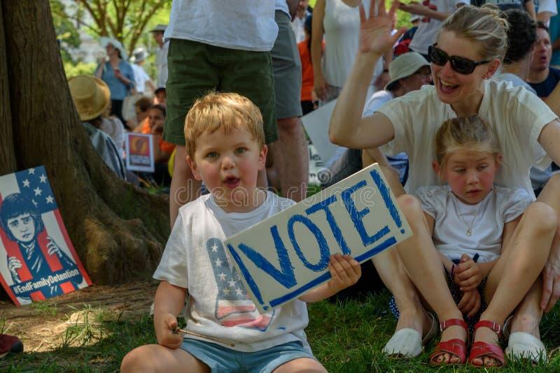 Os Protestors nas famílias pertencem junto reunião fotografia de stock