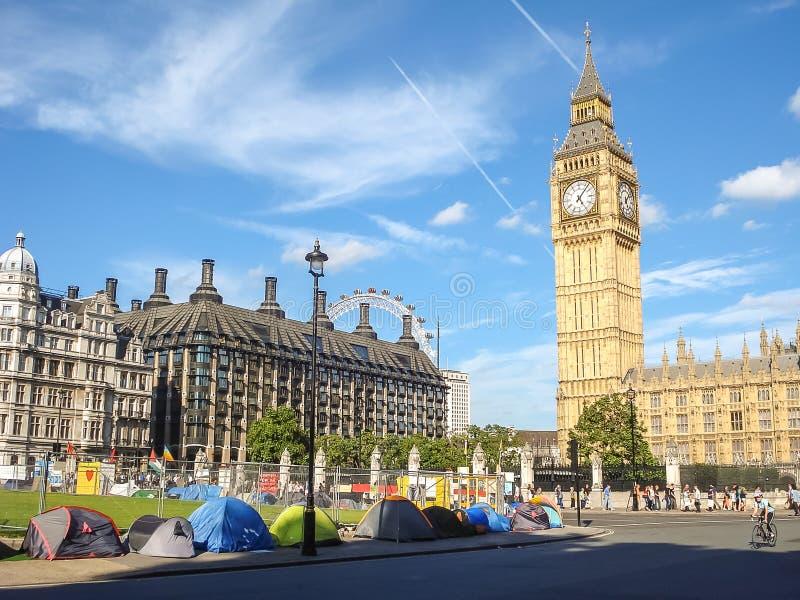 Os protestos e os suportes lançam acima das barracas no quadrado do parlamento, Lon fotografia de stock