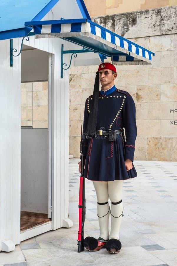 Os protetores cerimoniais presidenciais de Evzones guardam na frente da construção grega do parlamento, Atenas, Grécia fotos de stock royalty free