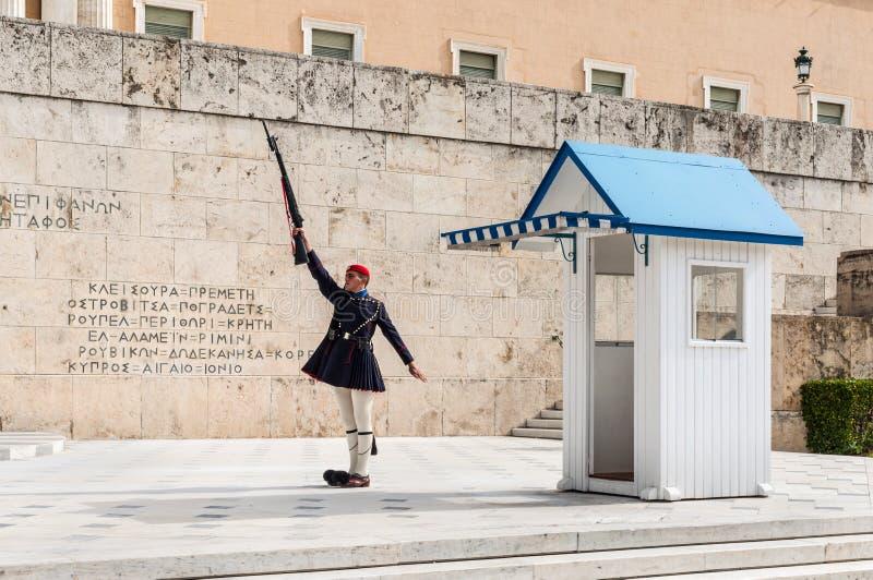 Os protetores cerimoniais presidenciais de Evzones guardam o túmulo do soldado desconhecido na construção grega do parlamento fotografia de stock