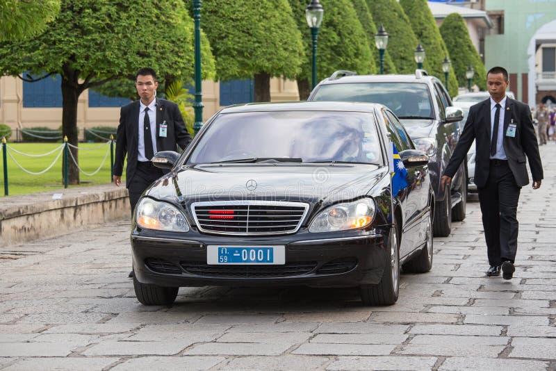 Os protetores do corpo protegem o automóvel do estado, que se move no palácio grande em Banguecoque imagem de stock