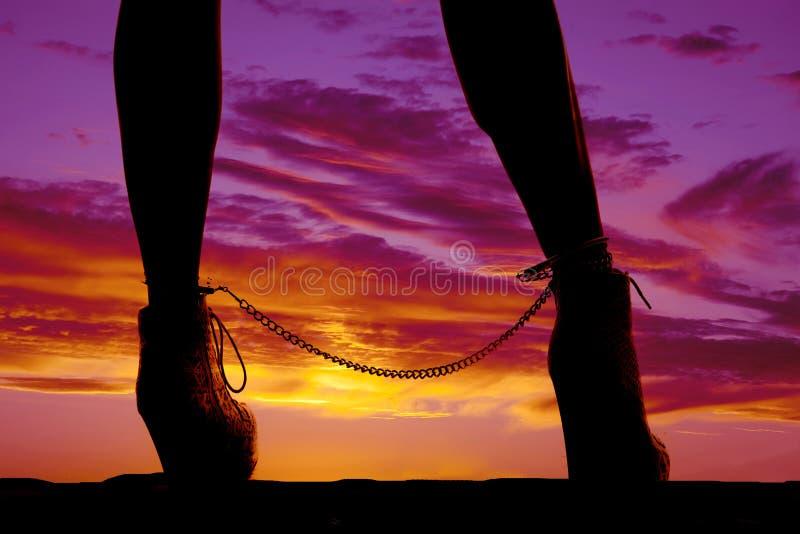 Os punhos do tornozelo dos pés da mulher da silhueta fecham-se fotografia de stock royalty free