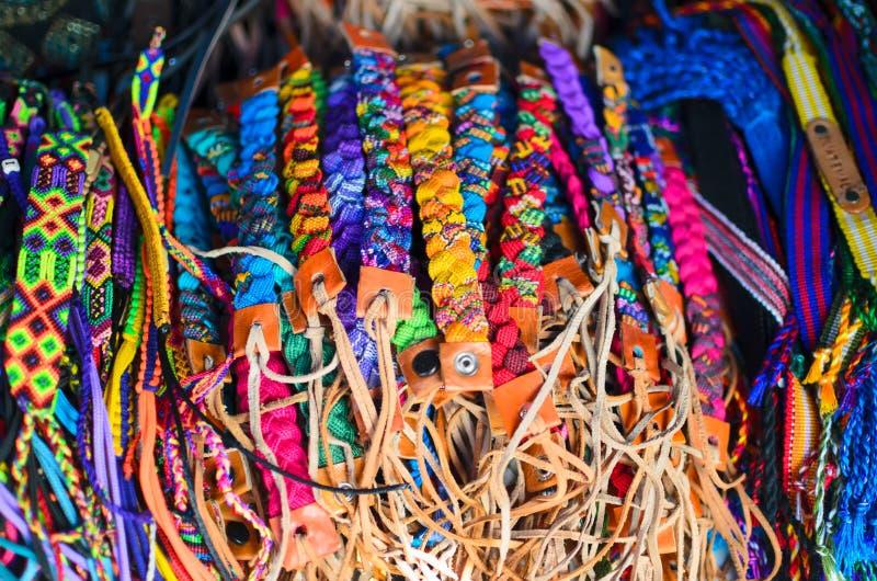Os punhos numerosos com Guatemala cantam no mercado do ofício fotos de stock