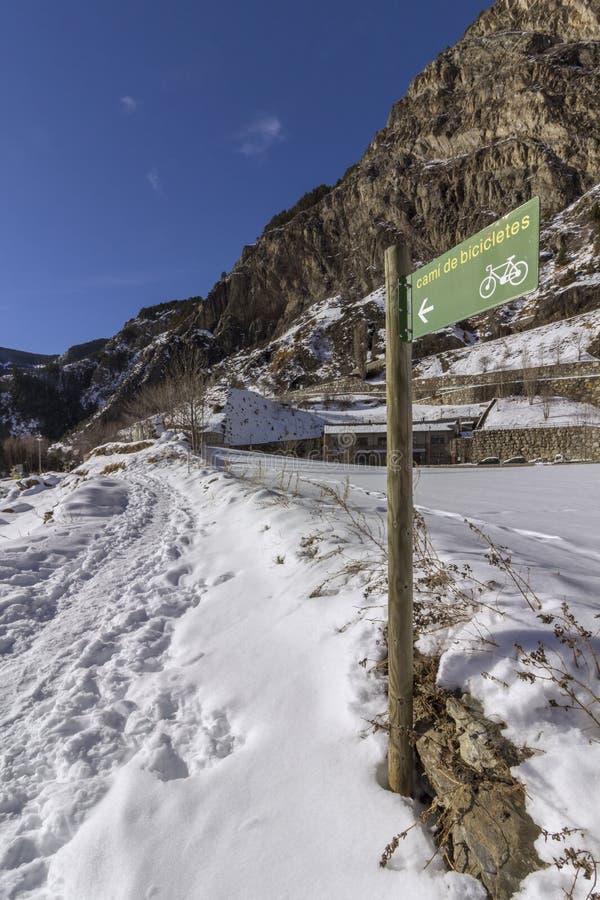 Os pyrenes do inverno ajardinam perto da vila de Canillo, trekking e dando um ciclo a fuga foto de stock