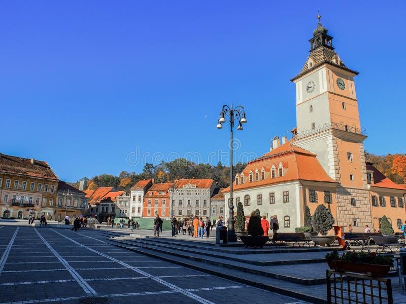Os quadrados do counsil são o centro da cidade de Brasov em Romênia fotos de stock