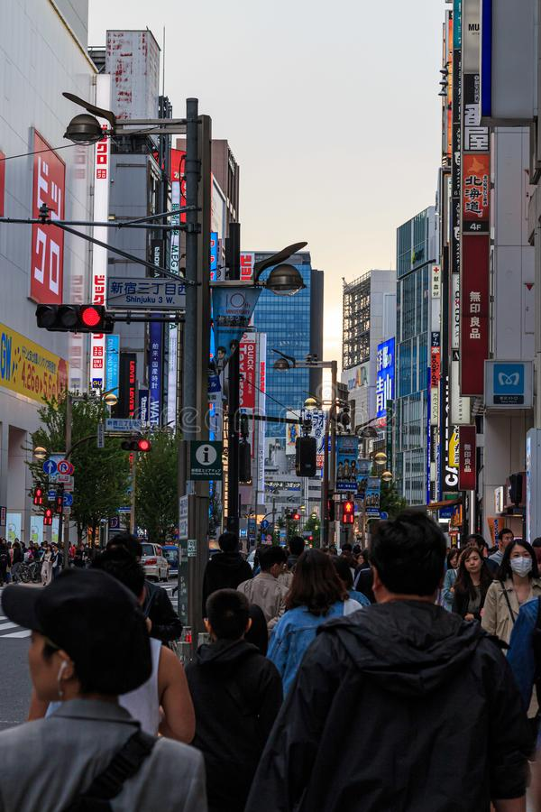 Os quadros de avisos e de néon assinam dentro Shinjuku, Tóquio foto de stock royalty free