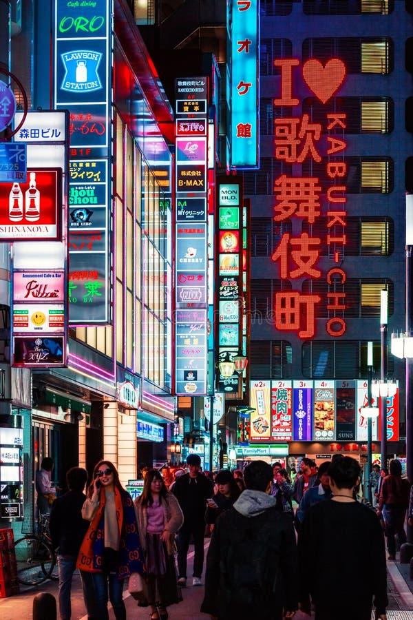 Os quadros de avisos e de néon assinam no distrito do Kabuki-cho de Shinjuku igualmente conhecido como a cidade sem sono no Tóqui imagens de stock