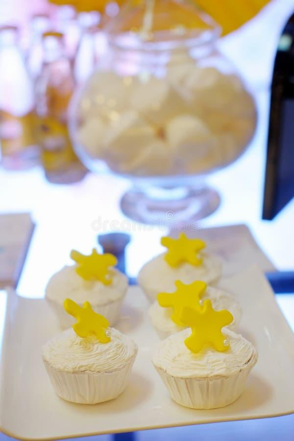 Os queques brancos deliciosos do casamento ou do aniversário imagem de stock